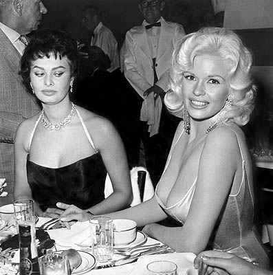 Софи Лорен смотрит на грудь Джейн Мэнсфилд. Фото / Sophia Loren looks at Jayne Mansfield's breast. Photo